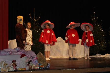 Die Fliegenpilze helfen bei der Suche nach dem Weihnachtsmann.